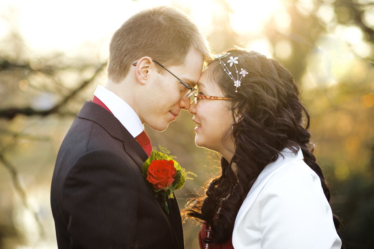 Bruidsfotografie bruidspaar met bril laagstaande zon tegenlicht trouwreportage Spijkenisse