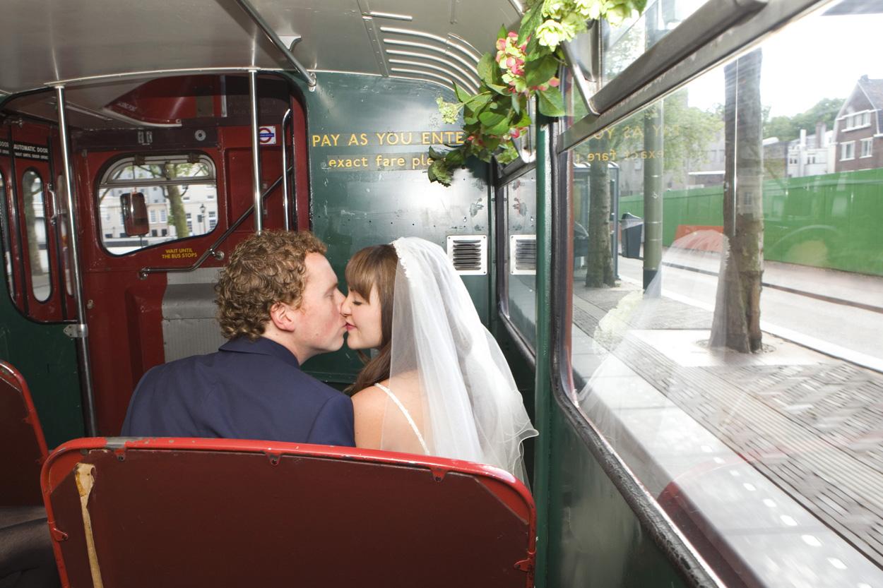 Bruidsfotografie bruiloft kus bruidspaar in dubbeldekker bus Den Haag