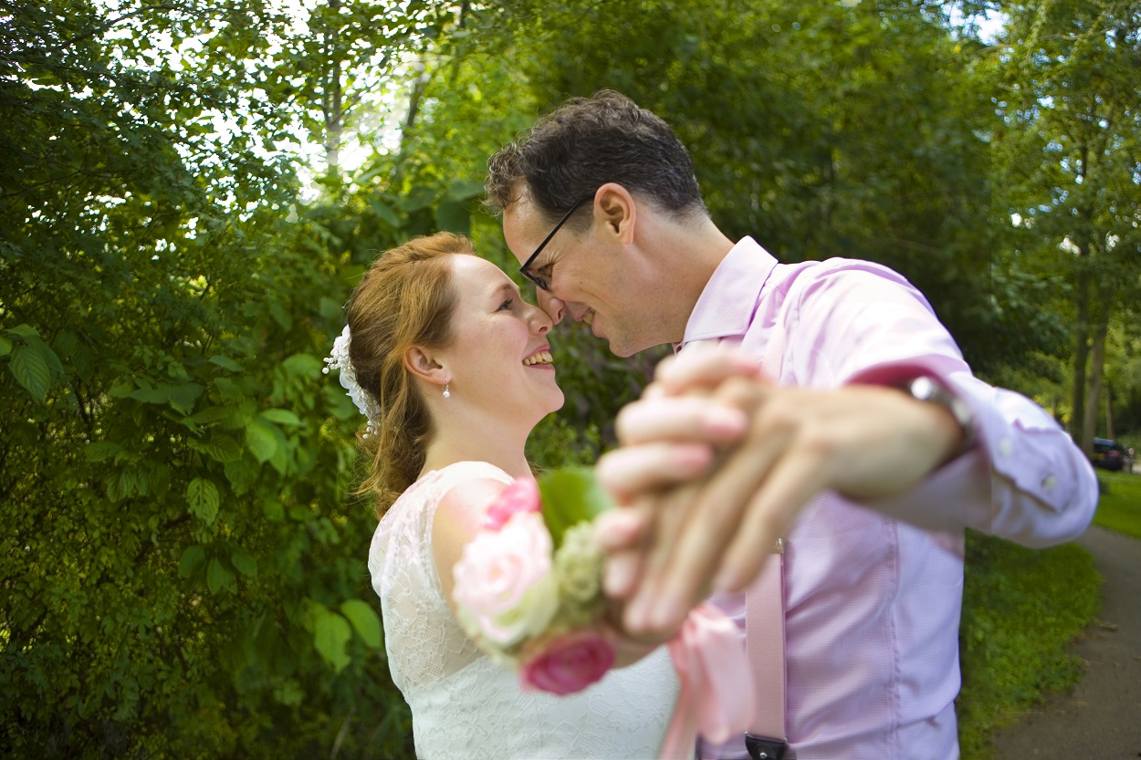 Bruidsfotografie trouwreportage bruiloft bruidspaar dansen in bos Zoetermeer