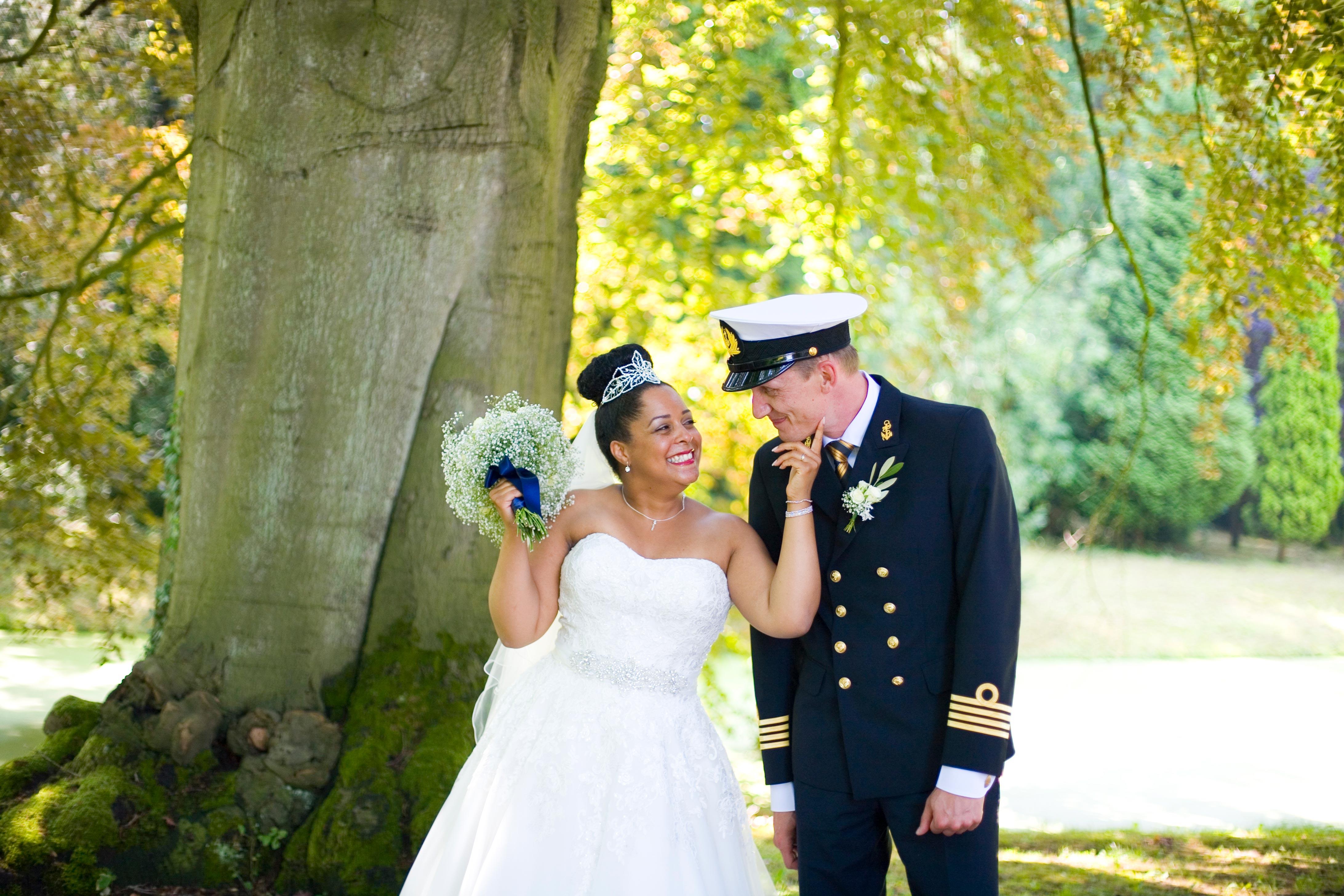 trouwreportage bruiloft Landgoed Dordwijk in Dordrecht bruidspaar uniform