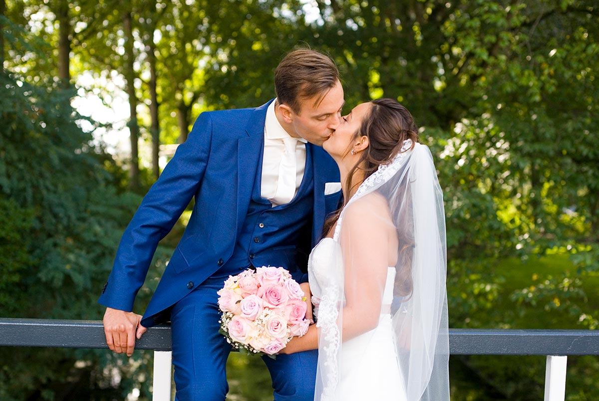 Kus bruidspaar bruiloft Raadhuis Leidschendam en Witte Paard Nootdorp