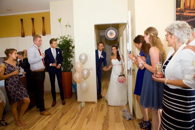 Welkomstdrankje aankomst bruidspaar bruiloft Leidschendam