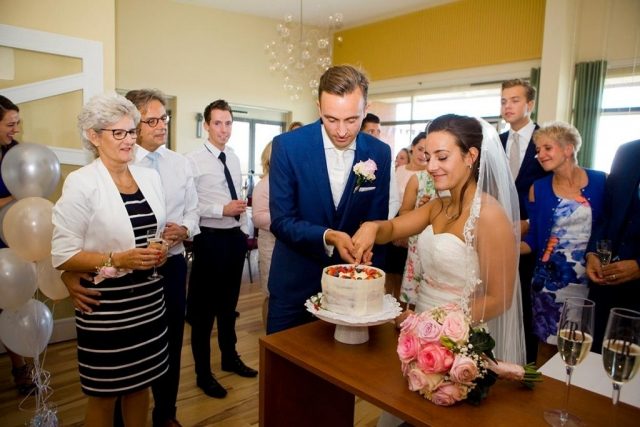 Aansnijden bruidstaart bruiloft Raadhuis Leidschendam en Witte Paard Nootdorp