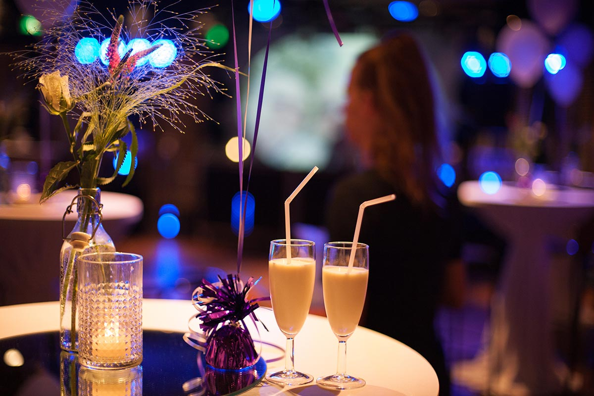 Welkomstdrankjes bruiloft binnen trouwfeest Witte Paard Nootdorp