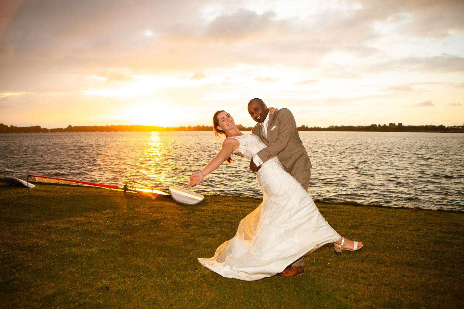 creatieve trouwfotograaf bruidspaar aan het water bij zonsondergang Valkenburgse Meer