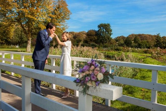 Bruidspaar op bruggetje in Westbroekpark bij Rosarium Den Haag