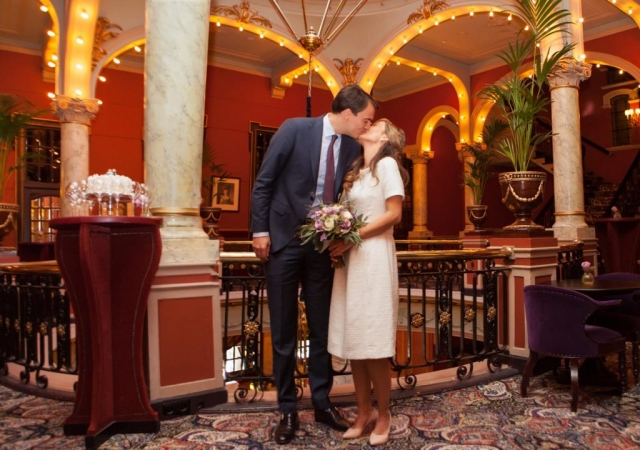 Bruidspaar in Rotonde in Hotel Des Indes Den Haag