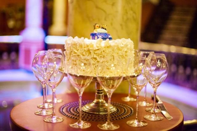 Bruidstaart witte chocolade met auto in Hotel Des Indes Den Haag
