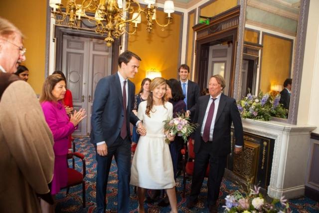 Entree bruidspaar in trouwzaal Van Brienenzaal Hotel Des Indes Den Haag