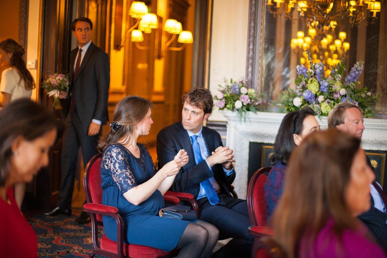 Gasten in trouwzaal Van Brienenzaal Hotel Des Indes Den Haag