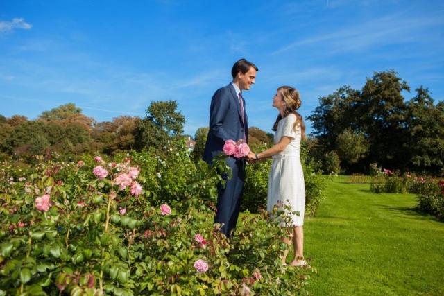 Bruidspaar in Rosarium Westbroekpark in Den Haag