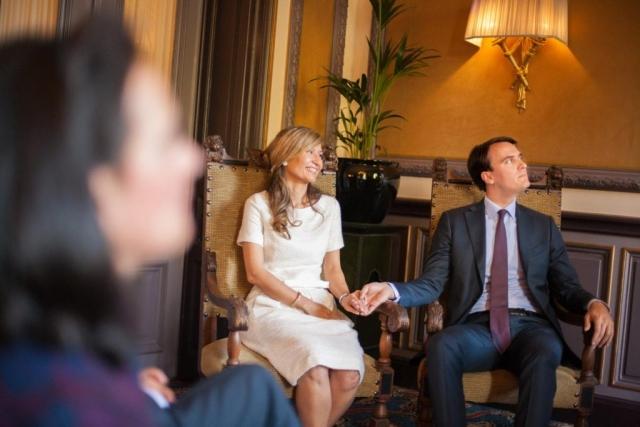 bruidspaar bij ceremonie bruiloft in Van Brienenzaal Hotel Des Indes Den Haag