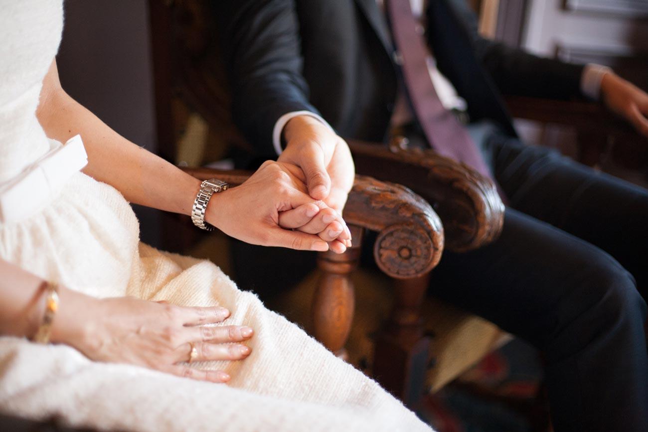 bruidspaar handen vasthouden tijdens ceremonie