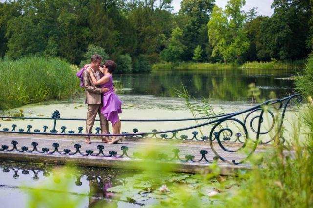 bruidspaar op bruggetje in tuinen Kasteel Duivenvoorde Voorschoten