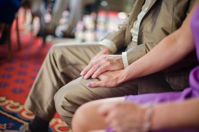 handen bruidspaar ceremonie Marotzaal Kasteel Duivenvoorde Voorschoten