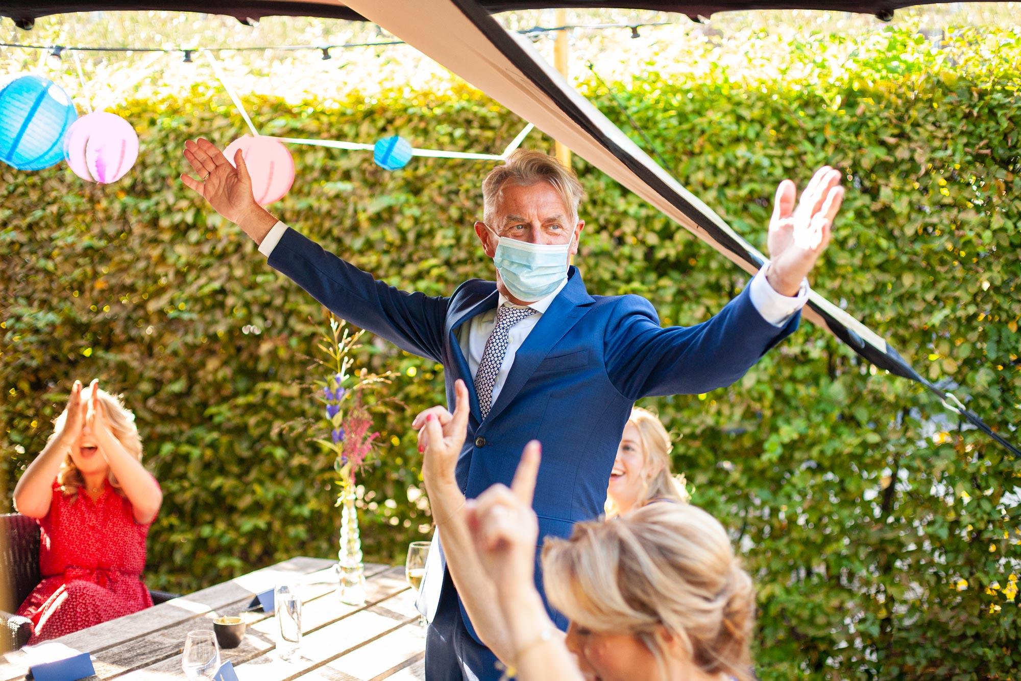 corona bruiloft trouwen feest met mondkapje