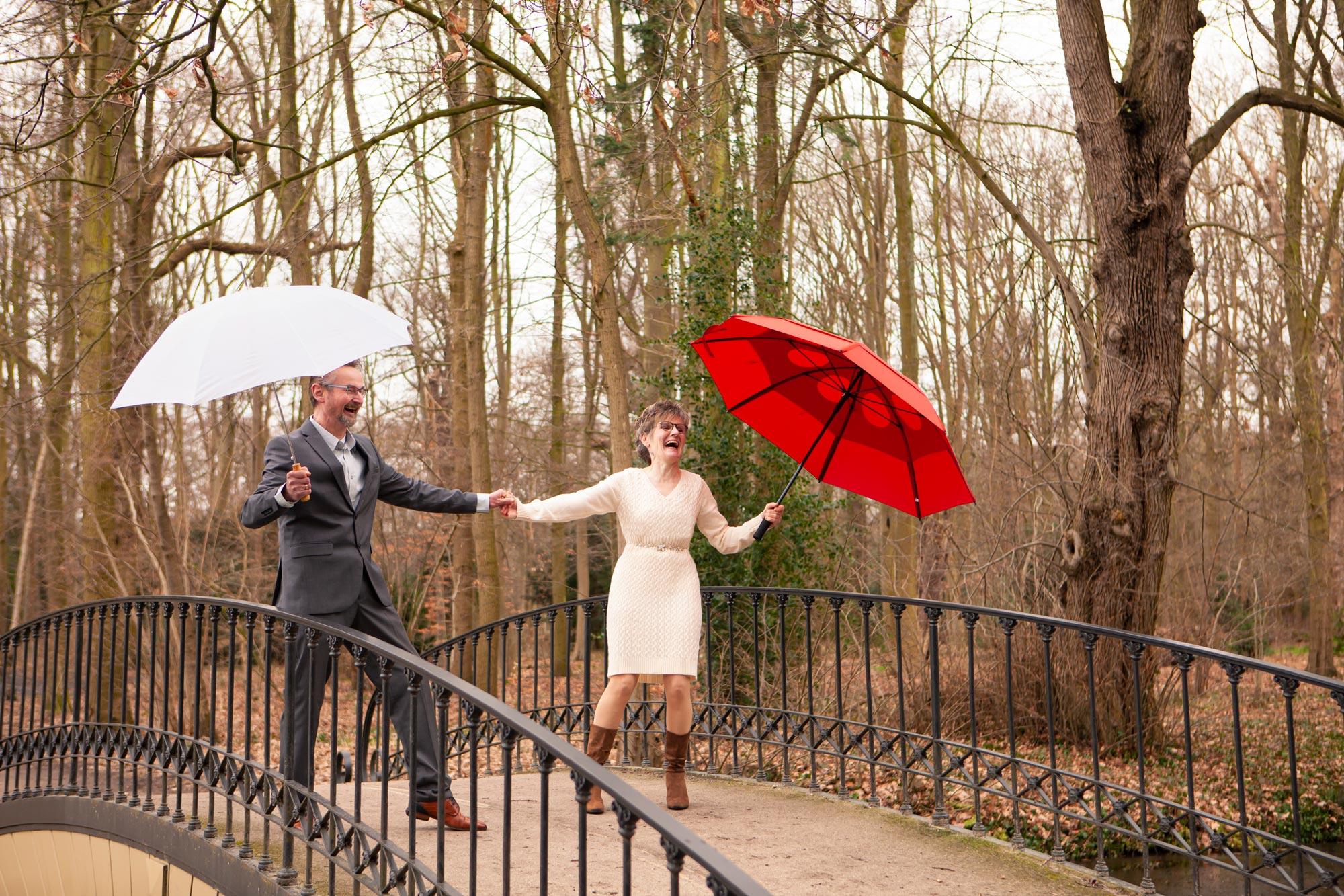 Trouwfoto's winter regen winterbruiloft paraplu
