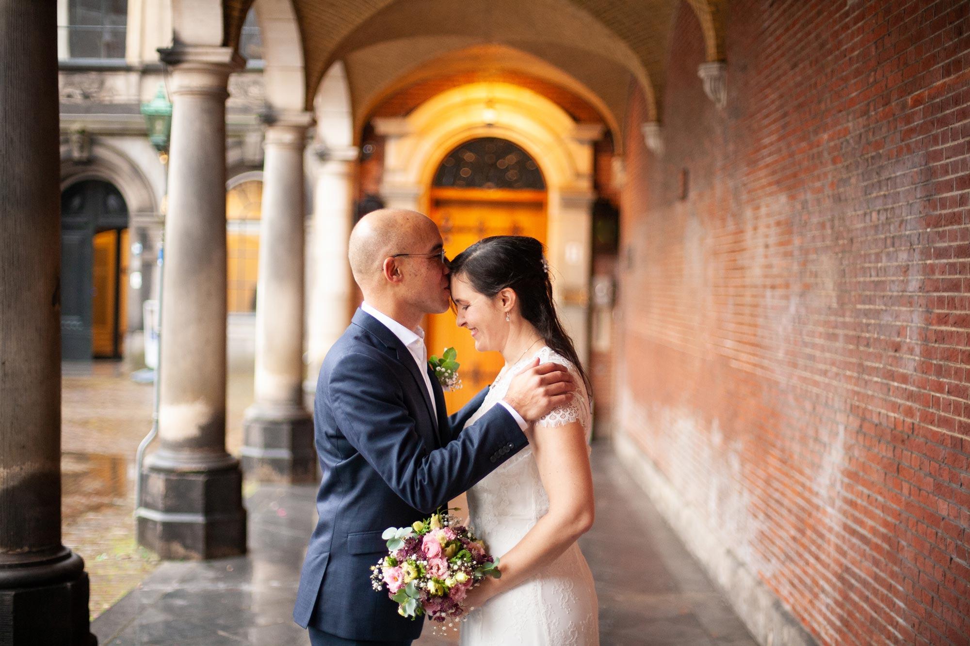 Trouwfoto's Binnenhof Den Haag trouwreportage met regen
